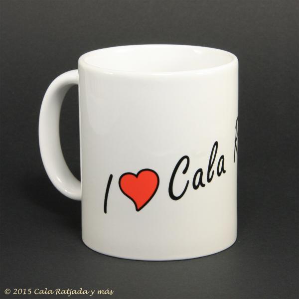Weisser Kaffeebecher mit Schriftzug i Love Cala Ratjada - Henkel links
